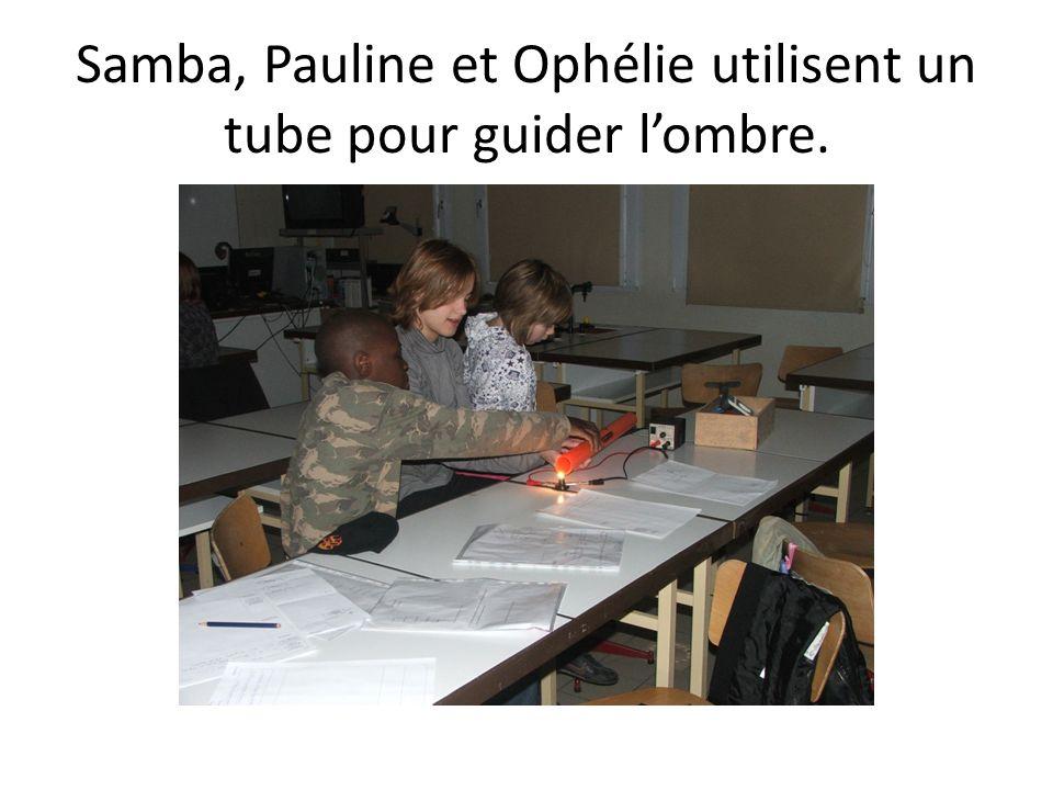 Samba, Pauline et Ophélie utilisent un tube pour guider lombre.