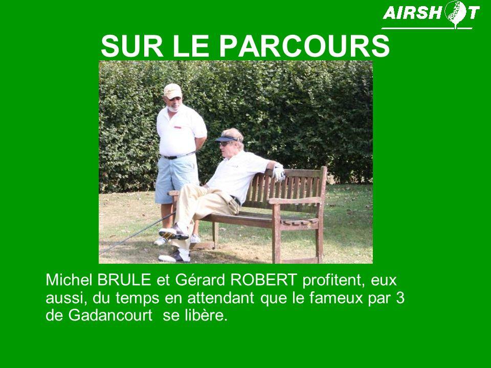 SUR LE PARCOURS Michel BRULE et Gérard ROBERT profitent, eux aussi, du temps en attendant que le fameux par 3 de Gadancourt se libère.
