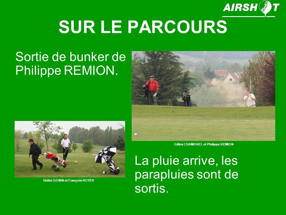 SUR LE PARCOURS Sortie de bunker de Philippe REMION. Gilles CHAMOREL et Philippe REMION La pluie arrive, les parapluies sont de sortis. Didier GONIN e