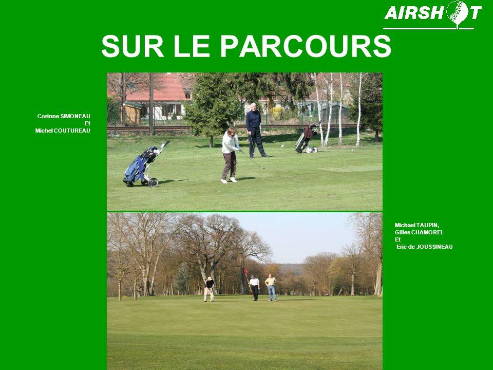 SUR LE PARCOURS Différents joueurs au départ dun par 3 de 180 mètres.