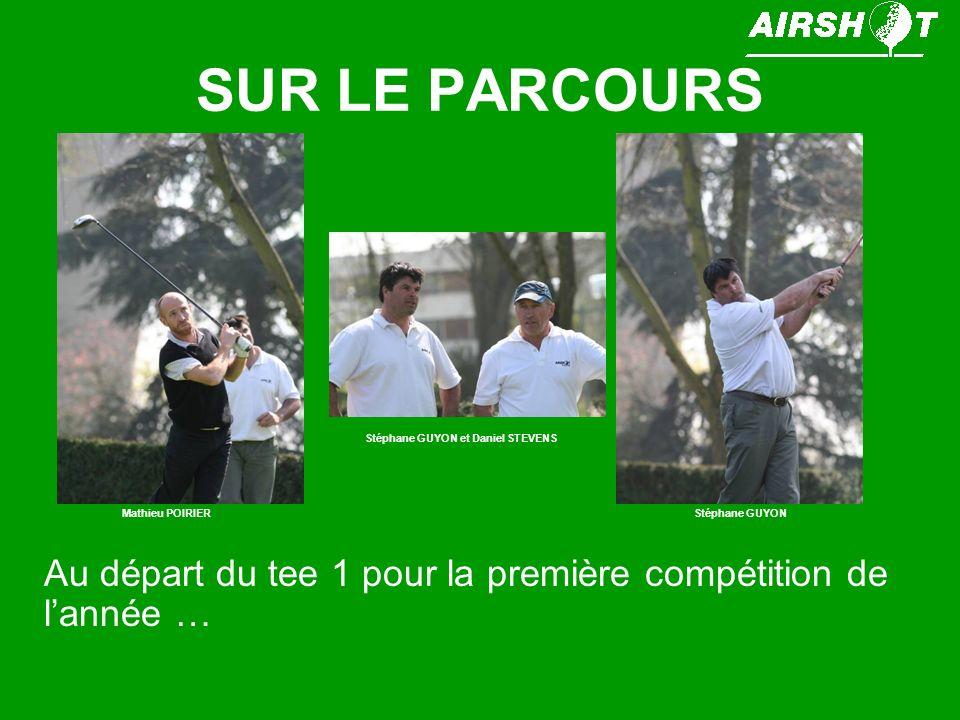 SUR LE PARCOURS Jean Marc Vialet et Florence CALLE sont entrain de saluer « la foule » alors que Arnaud GUERIN joue son putt.