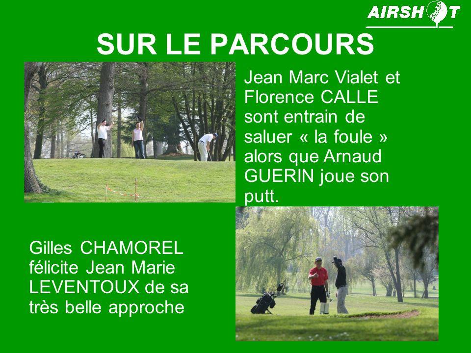 SUR LE PARCOURS Cécile CHARBONNIER tient le drapeau, alors que Marie GAUCHER est entrain de putter ce par 3 extrêmement bien protéger Et pendant ce temps, Cendrine OSTY, une nouvelle «AIRSHOTIENNE » les regarde.