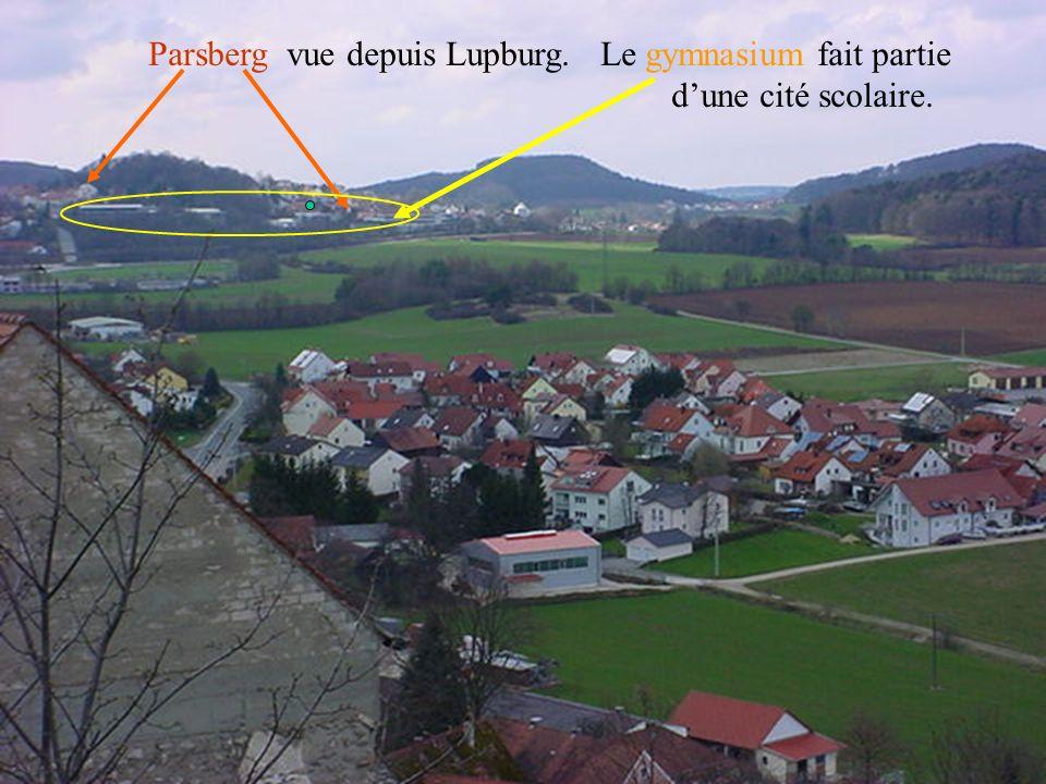 Parsberg vue depuis Lupburg. Le gymnasium fait partie dune cité scolaire.