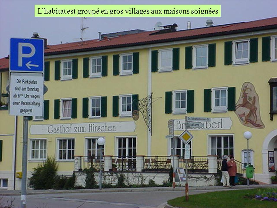 Lhabitat est groupé en gros villages aux maisons soignées