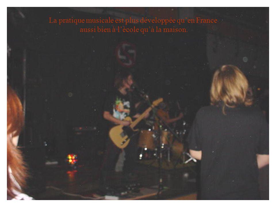 La pratique musicale est plus développée quen France aussi bien à lécole quà la maison.