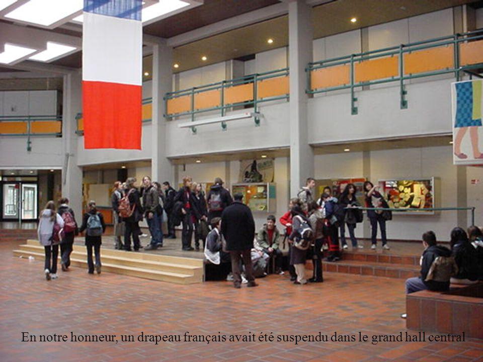 En notre honneur, un drapeau français avait été suspendu dans le grand hall central
