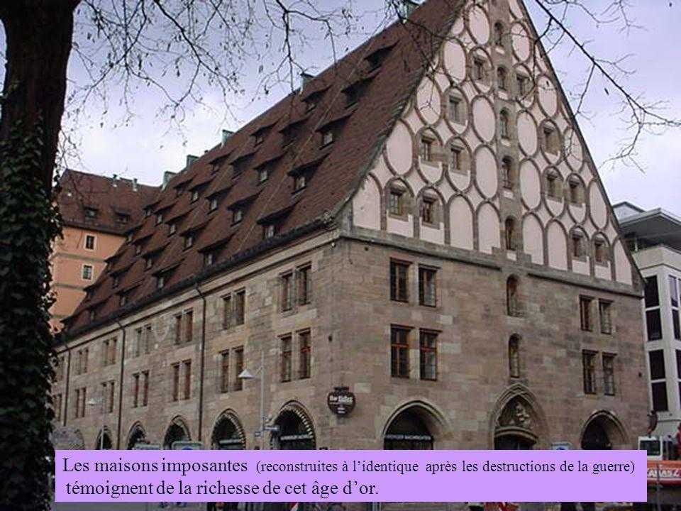 Les maisons imposantes (reconstruites à lidentique après les destructions de la guerre) témoignent de la richesse de cet âge dor.