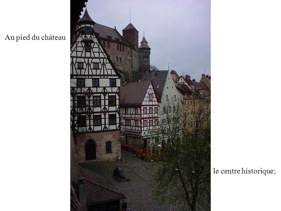 Au pied du château le centre historique;