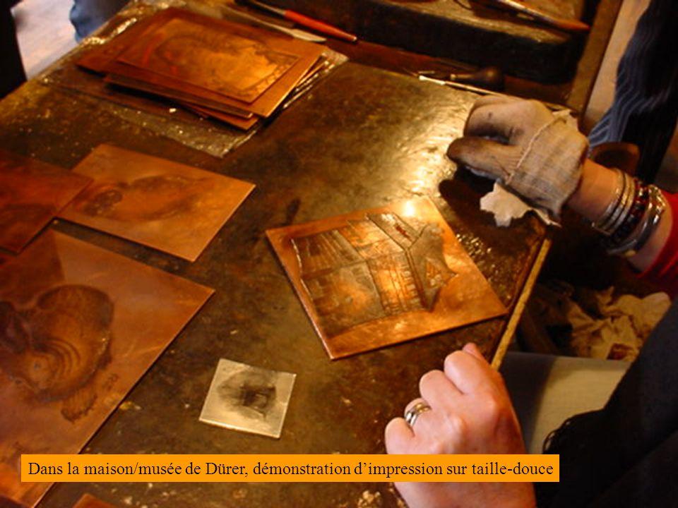 Dans la maison/musée de Dürer, démonstration dimpression sur taille-douce