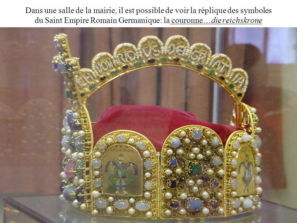 Dans une salle de la mairie, il est possible de voir la réplique des symboles du Saint Empire Romain Germanique: la couronne…die reichskrone