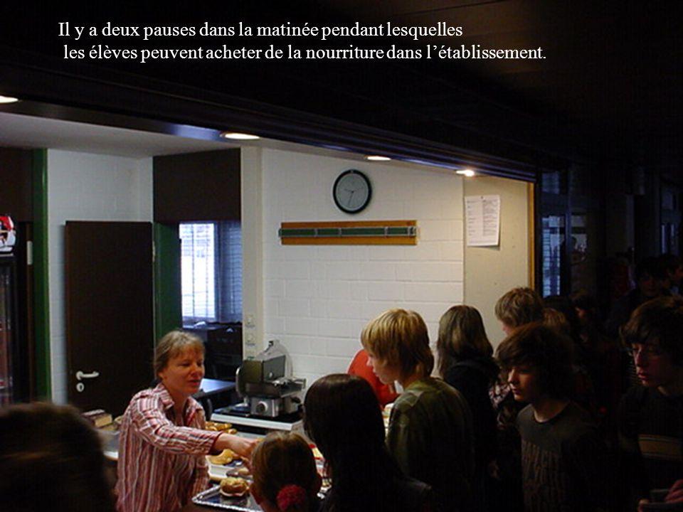 Il y a deux pauses dans la matinée pendant lesquelles les élèves peuvent acheter de la nourriture dans létablissement.