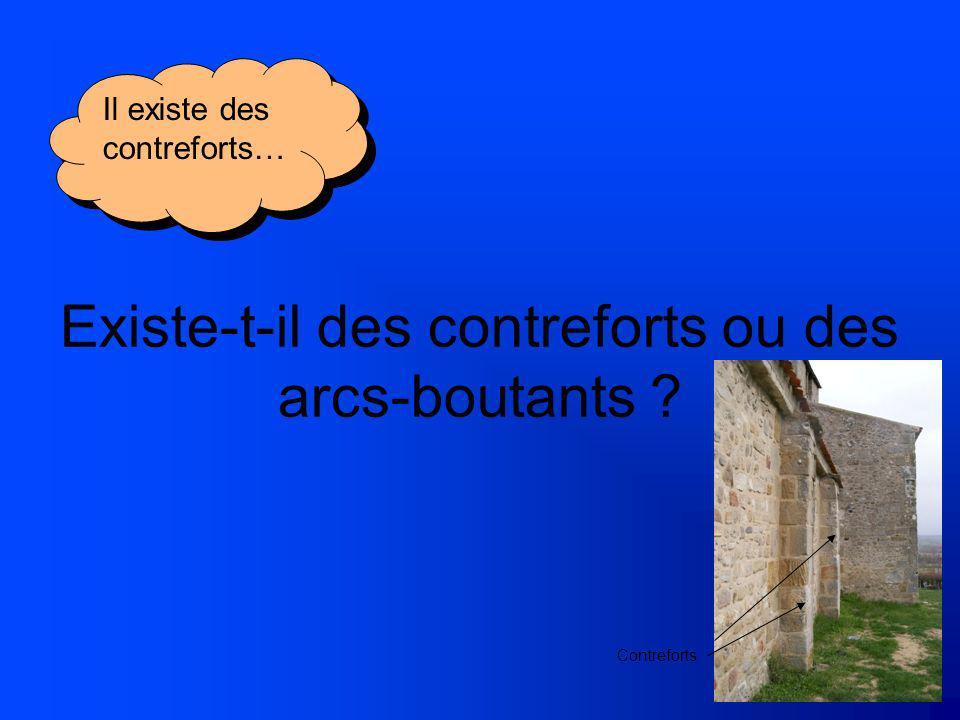 Existe-t-il des contreforts ou des arcs-boutants ? Il existe des contreforts… Contreforts