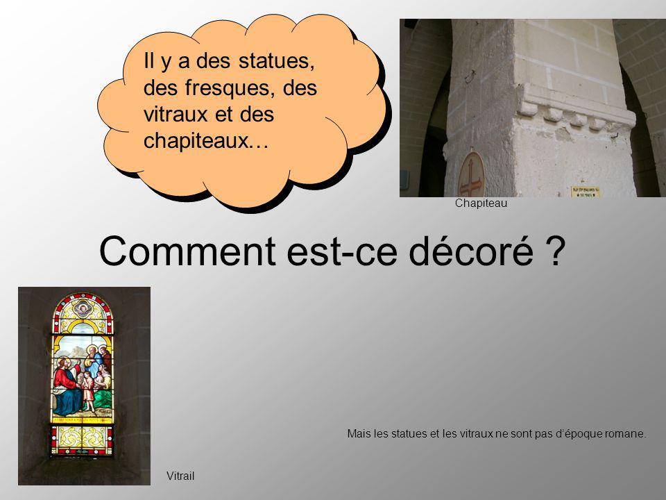 Comment est-ce décoré ? Il y a des statues, des fresques, des vitraux et des chapiteaux… Chapiteau Vitrail Mais les statues et les vitraux ne sont pas