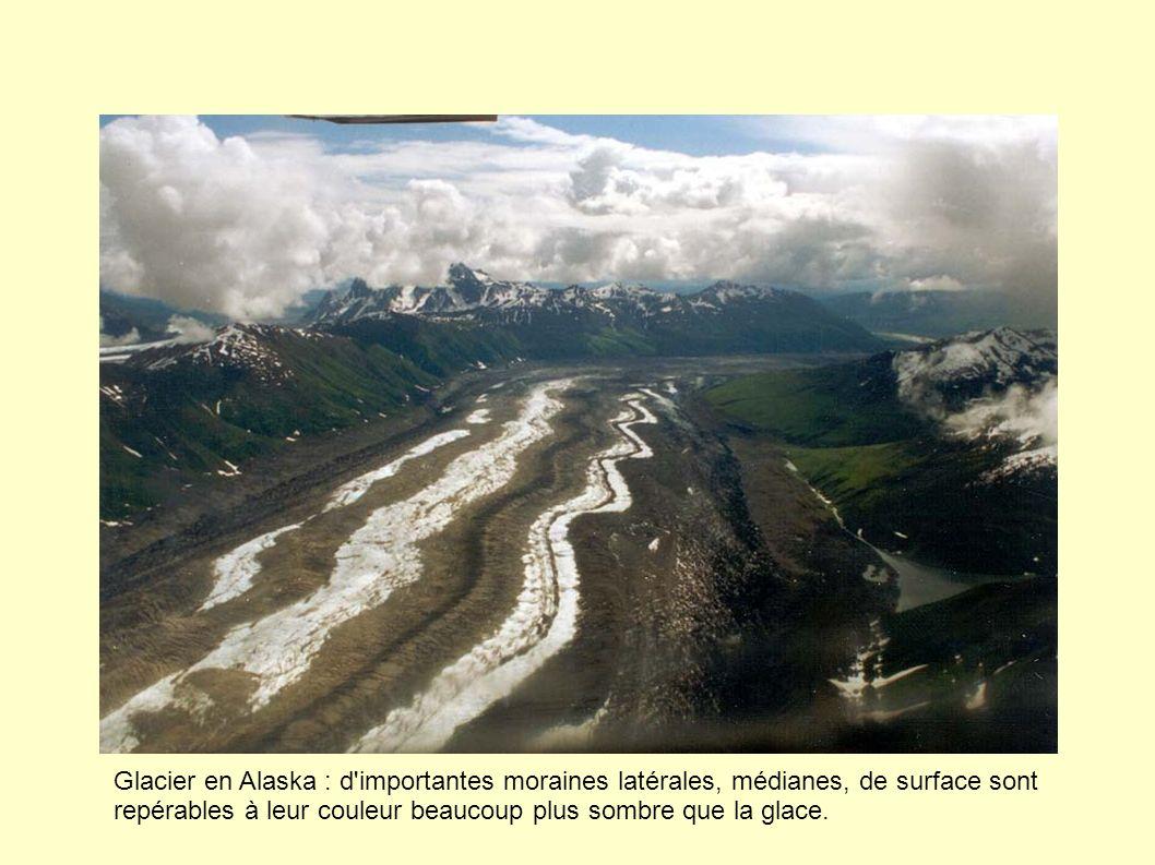 Glacier en Alaska : d'importantes moraines latérales, médianes, de surface sont repérables à leur couleur beaucoup plus sombre que la glace.