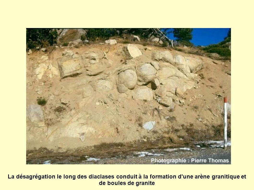 La désagrégation le long des diaclases conduit à la formation d'une arène granitique et de boules de granite