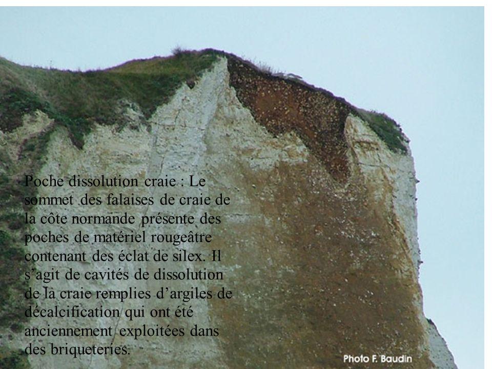 Poche dissolution craie : Le sommet des falaises de craie de la côte normande présente des poches de matériel rougeâtre contenant des éclat de silex.