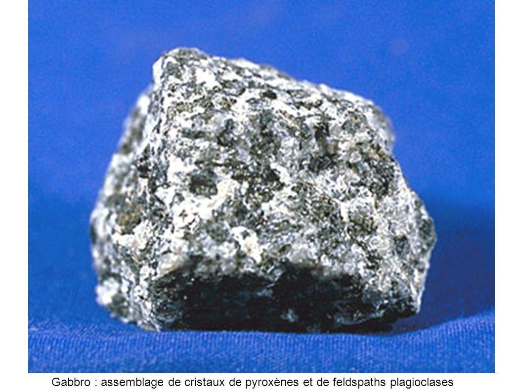 Gabbro : assemblage de cristaux de pyroxènes et de feldspaths plagioclases