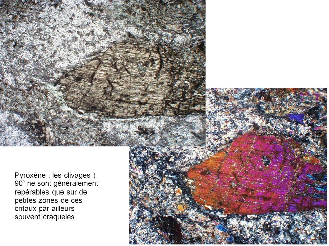Pyroxène : les clivages ) 90° ne sont généralement repérables que sur de petites zones de ces critaux par ailleurs souvent craquelés.