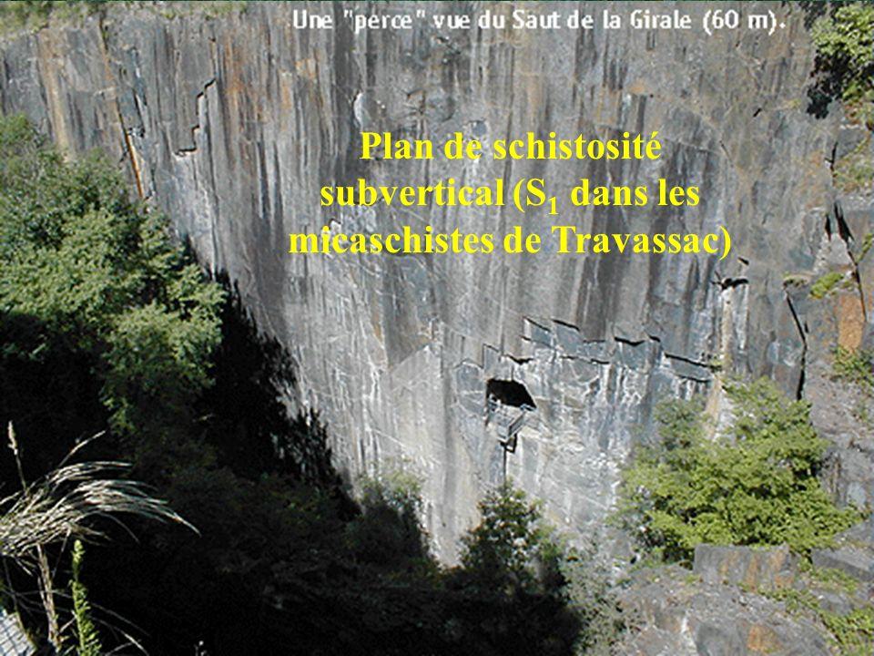 Plan de schistosité subvertical (S 1 dans les micaschistes de Travassac)