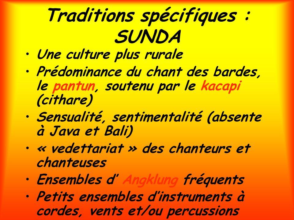 Traditions spécifiques : SUNDA Une culture plus rurale Prédominance du chant des bardes, le pantun, soutenu par le kacapi (cithare) Sensualité, sentim