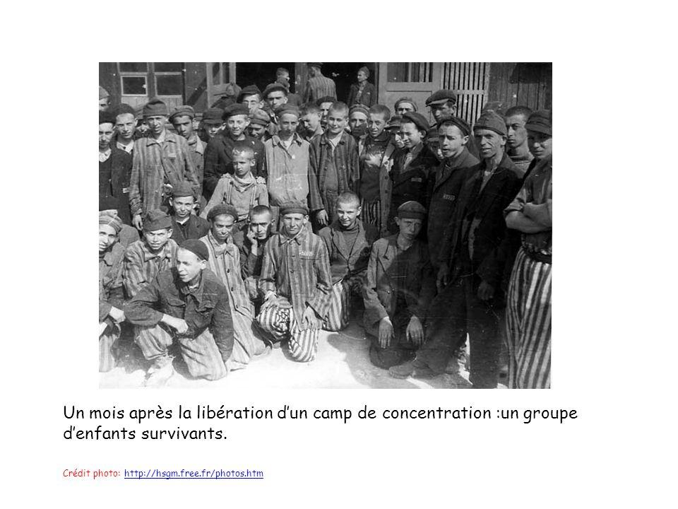 Un mois après la libération dun camp de concentration :un groupe denfants survivants.