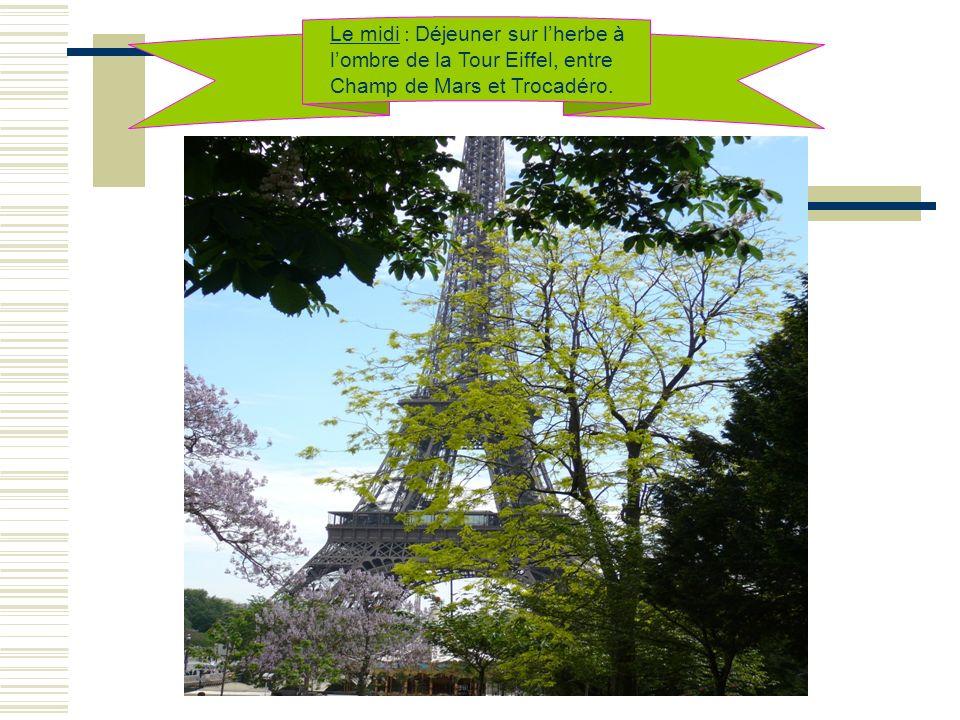 Le midi : Déjeuner sur lherbe à lombre de la Tour Eiffel, entre Champ de Mars et Trocadéro.