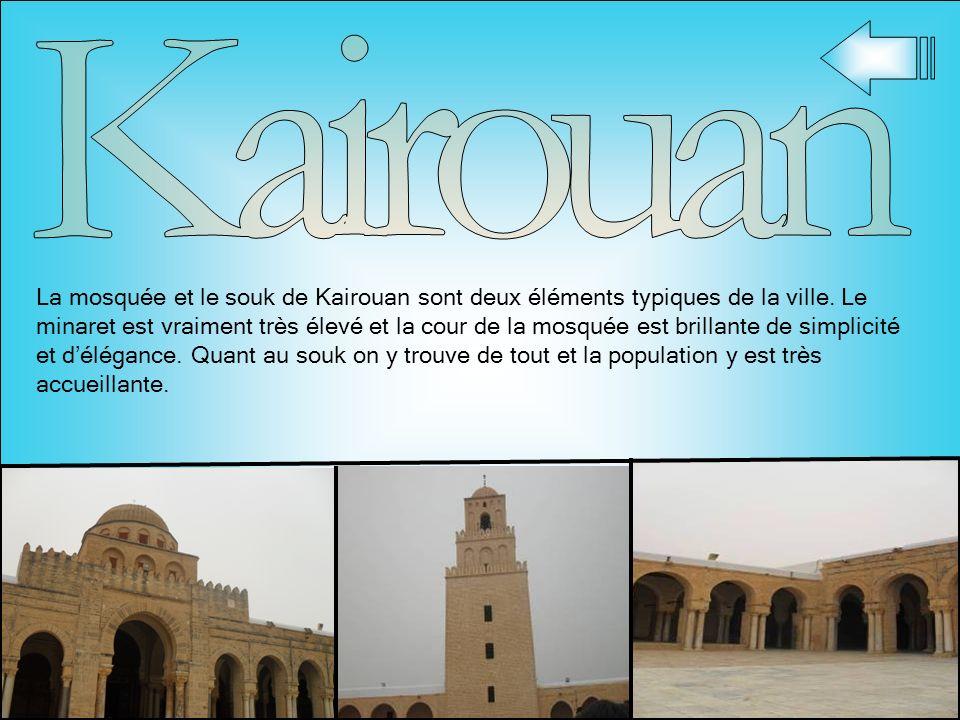 La mosquée et le souk de Kairouan sont deux éléments typiques de la ville. Le minaret est vraiment très élevé et la cour de la mosquée est brillante d