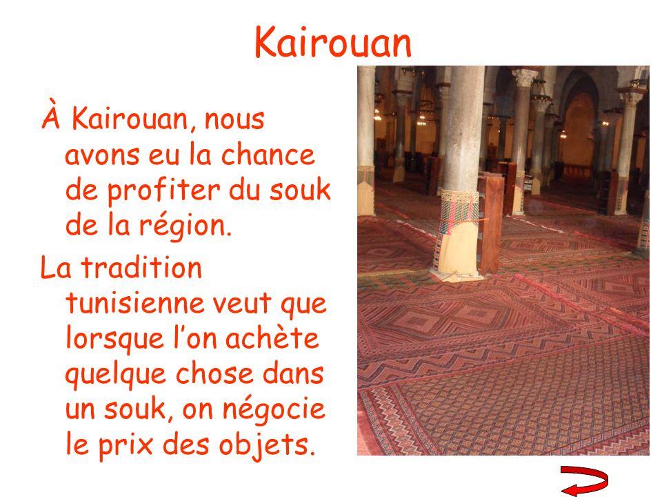 Kairouan À Kairouan, nous avons eu la chance de profiter du souk de la région. La tradition tunisienne veut que lorsque lon achète quelque chose dans