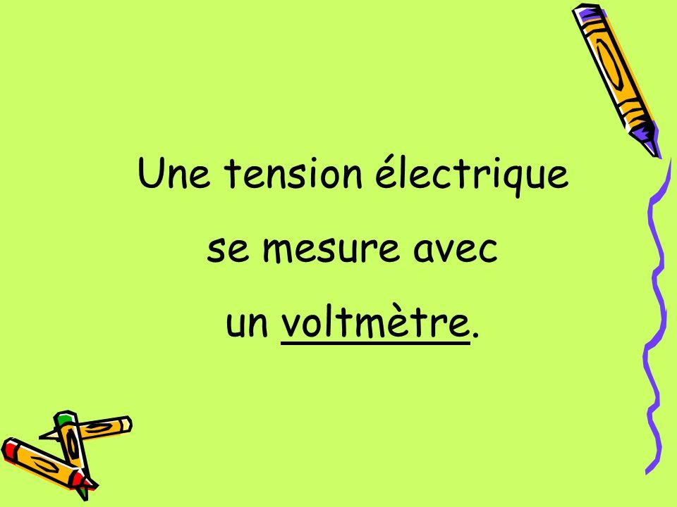 Une tension électrique se mesure avec un voltmètre.