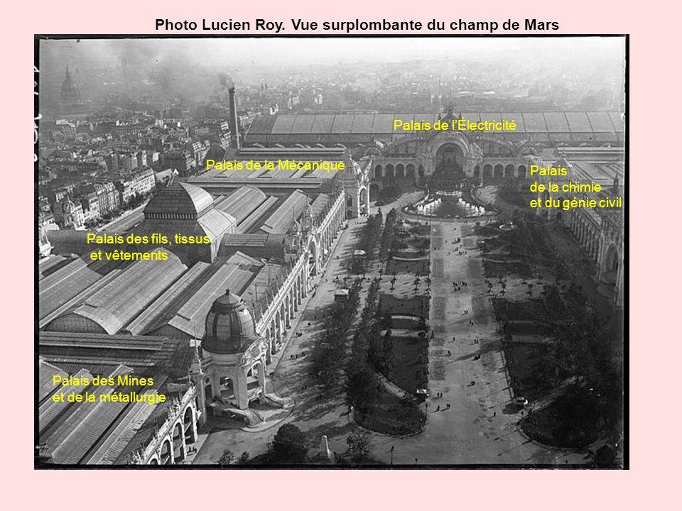 Photo Lucien Roy. Vue surplombante du champ de Mars Palais des Mines et de la métallurgie Palais des fils, tissus et vêtements Palais de la Mécanique