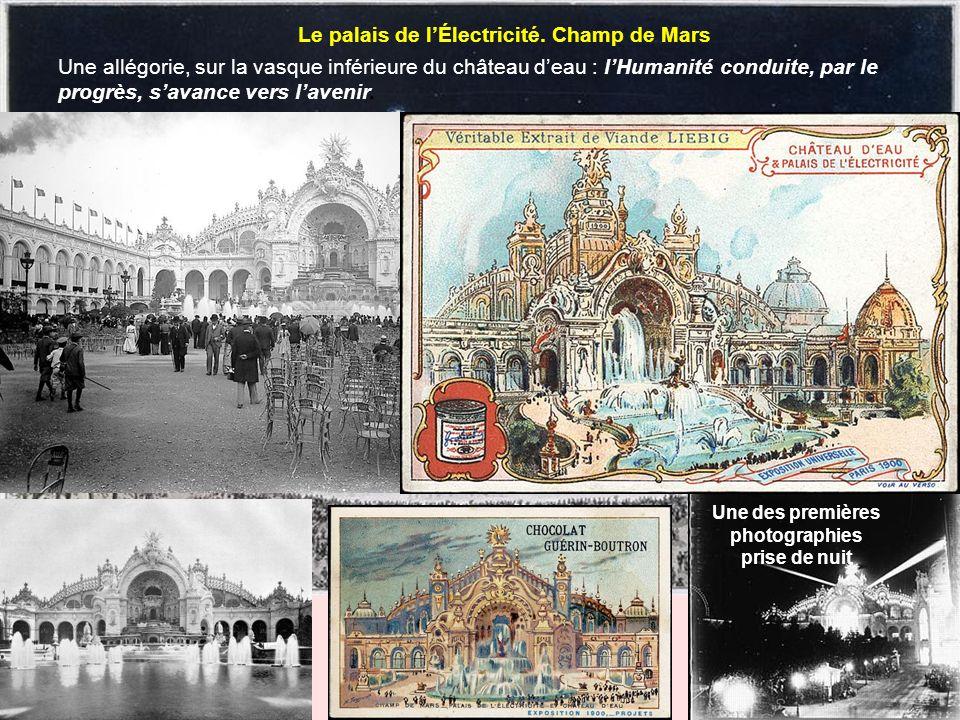 Le palais de lÉlectricité. Champ de Mars Une allégorie, sur la vasque inférieure du château deau : lHumanité conduite, par le progrès, savance vers la