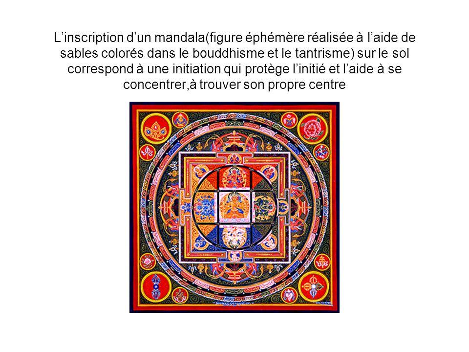 Linscription dun mandala(figure éphémère réalisée à laide de sables colorés dans le bouddhisme et le tantrisme) sur le sol correspond à une initiation qui protège linitié et laide à se concentrer,à trouver son propre centre