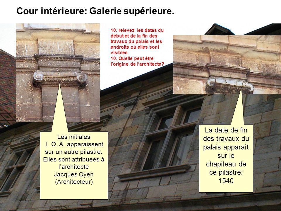 Cour intérieure: Galerie supérieure. Les initiales I. O. A. apparaissent sur un autre pilastre. Elles sont attribuées à larchitecte Jacques Oyen (Arch