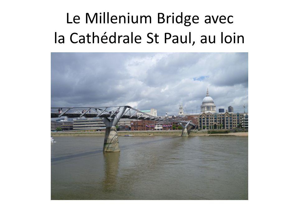 Le Millenium Bridge avec la Cathédrale St Paul, au loin