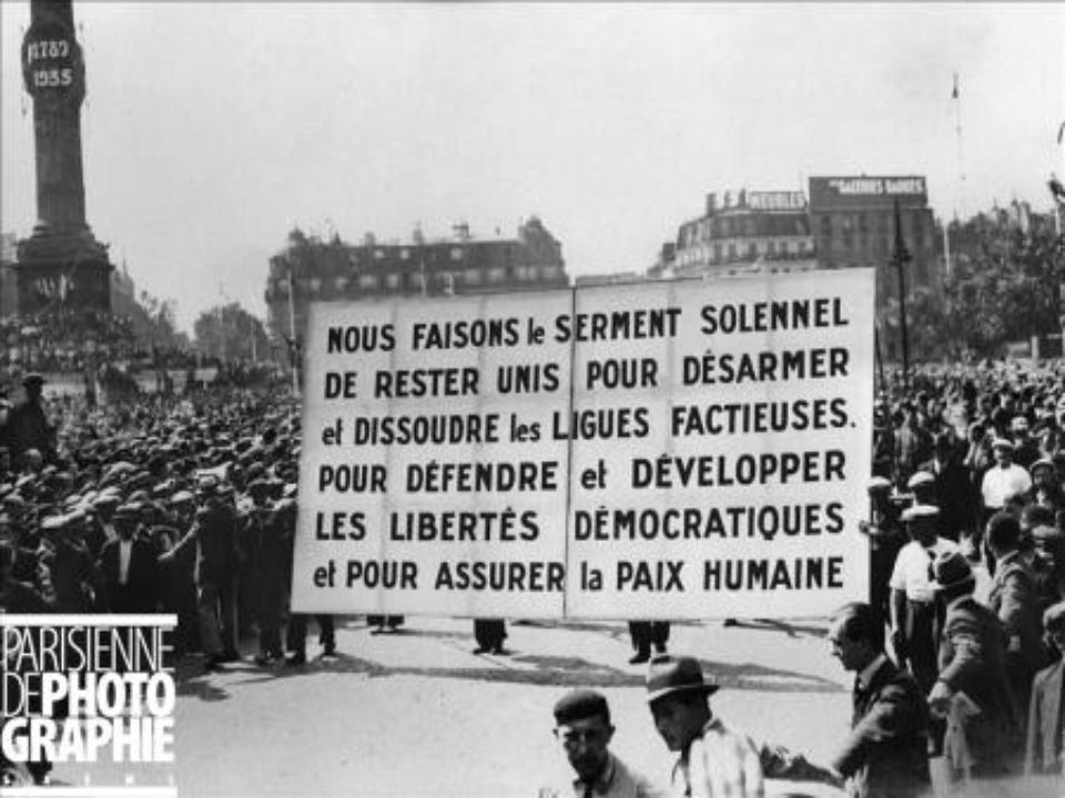 Document : Photographie Tribune officielle place de la Nation (Paris), le 14 juillet 1936.