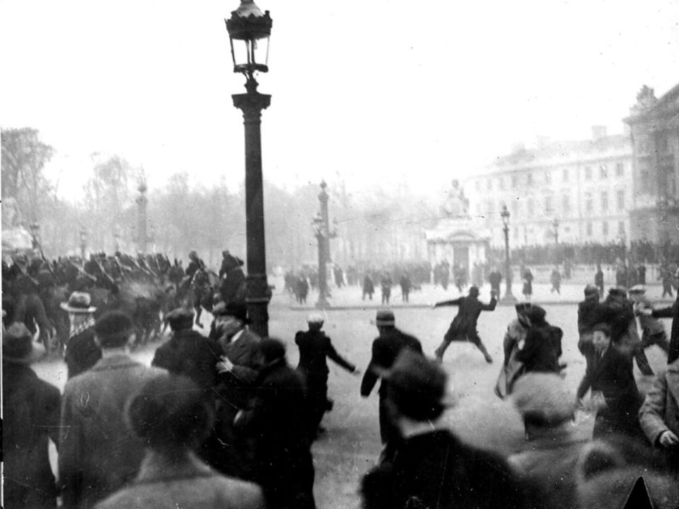 Document : Photographie 6 février 1934 : manifestation de protestation organisée par les ligues nationalistes et des associations danciens combattants à Paris devant le Palais Bourbon.