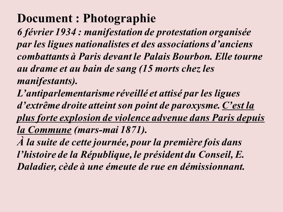 Document : Photographie 6 février 1934 : manifestation de protestation organisée par les ligues nationalistes et des associations danciens combattants à Paris devant le Palais Bourbon.