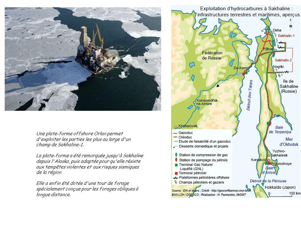 Une plate-forme offshore Orlan permet d'exploiter les parties les plus au large d'un champ de Sakhaline-1. La plate-forme a été remorquée jusqu'à Sakh