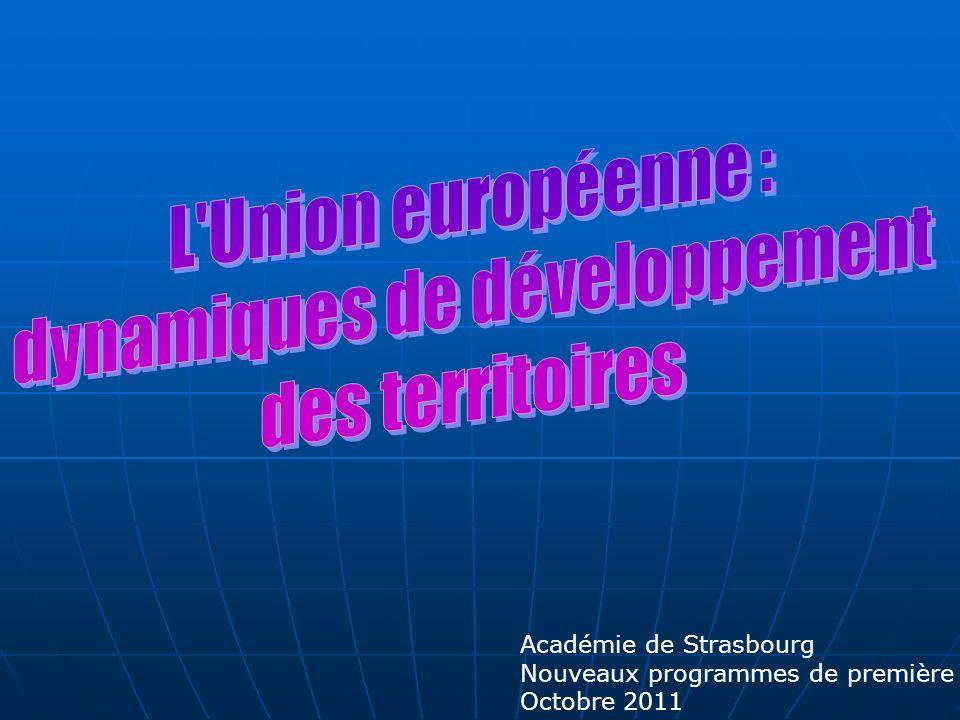 THEME 3 : L UNION EUROPEENE : DYNAMIQUES DE DEVELOPPEMENT DES TERRITOIRES (11 à 12h) BO : 2 chapitres De l espace européen aux territoires de l UE - Europe, Europes : un continent entre unité et diversité - L Union européenne : frontières et limites ; une union d États à géométrie variable - Disparités et inégalités socio-spatiales : l action de l Union européenne sur les territoires Les territoires ultramarins de l UE et leur développement - Le développement d un territoire ultramarin : entre Union européenne et aire régionale (étude de cas) - Discontinuités, distances, insularité, spécificités socio-économiques LE POINT SUR LA QUESTION ET LE PROGRAMME De l espace européen aux territoires de l UE Quel projet pour les Européens .