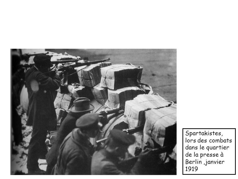 Spartakistes, lors des combats dans le quartier de la presse à Berlin,janvier 1919