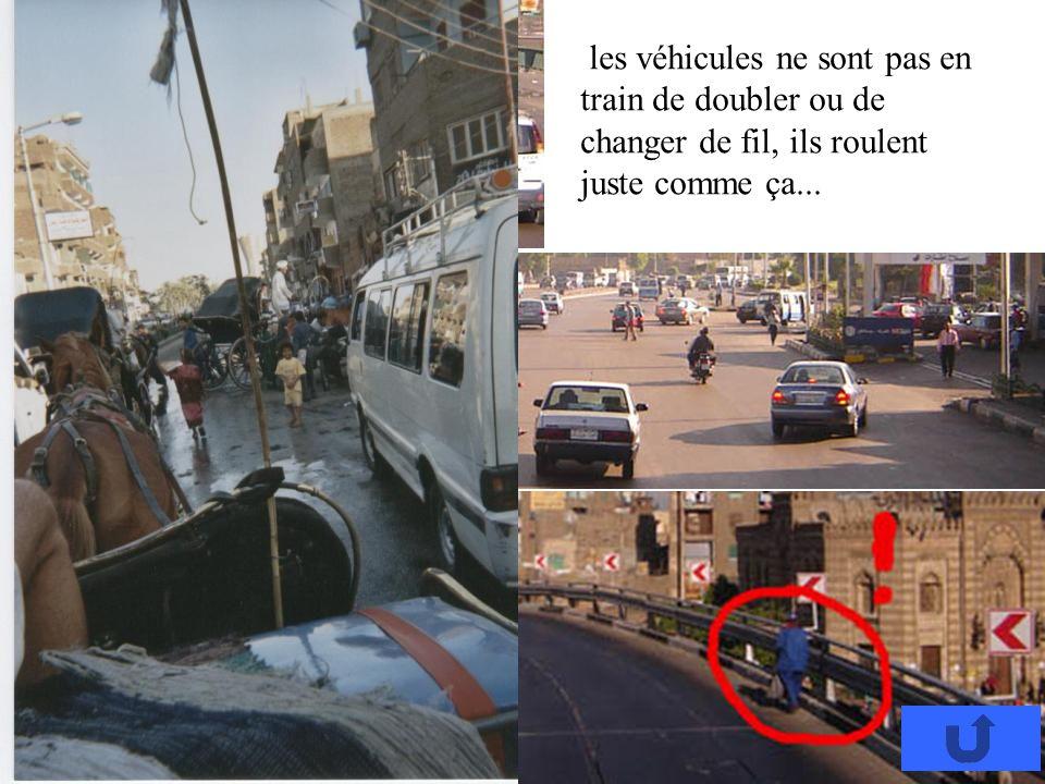 les véhicules ne sont pas en train de doubler ou de changer de fil, ils roulent juste comme ça...