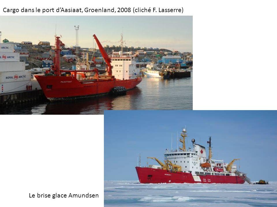 Cargo dans le port dAasiaat, Groenland, 2008 (cliché F. Lasserre) Le brise glace Amundsen