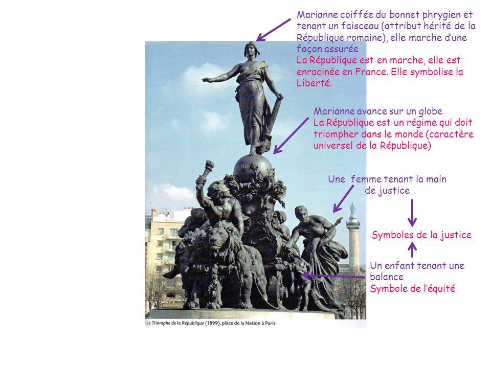 Marianne coiffée du bonnet phrygien et tenant un faisceau (attribut hérité de la République romaine), elle marche dune façon assurée La République est