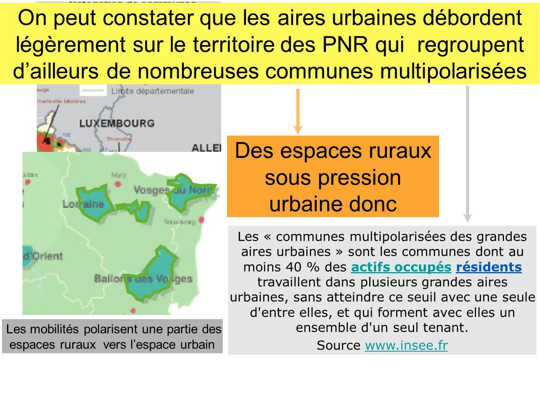 Les « communes multipolarisées des grandes aires urbaines » sont les communes dont au moins 40 % des actifs occupés résidents travaillent dans plusieu