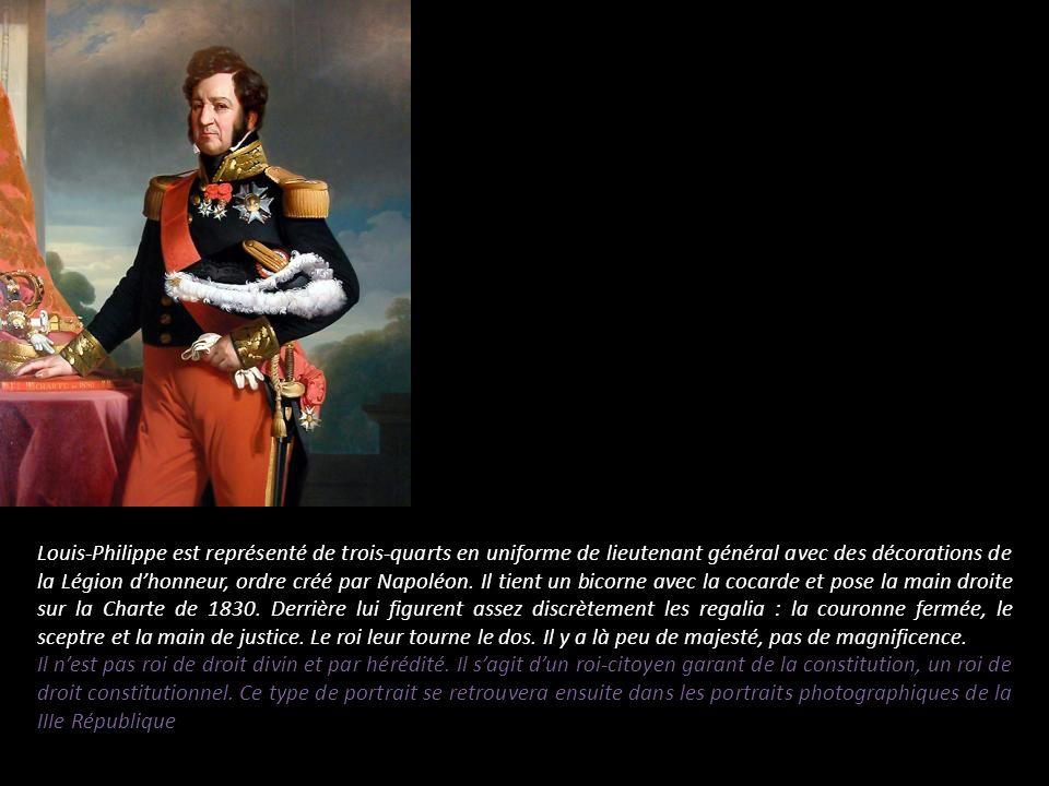Louis-Philippe est représenté de trois-quarts en uniforme de lieutenant général avec des décorations de la Légion dhonneur, ordre créé par Napoléon. I