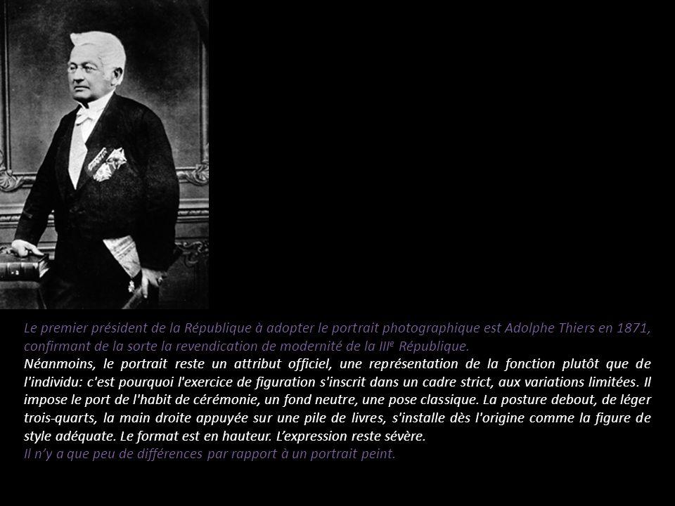 Le premier président de la République à adopter le portrait photographique est Adolphe Thiers en 1871, confirmant de la sorte la revendication de mode