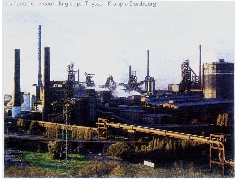 Photographie prise à Gelsenkirchen dans la Ruhr, vieille région industrielle allemande Site dune ancienne mine reconvertie en parc Ancien terril Anciens bâtiments miniers rénovés accueillant des boutiques jardins Écomusée sur le patrimoine industriel de la Ruhr