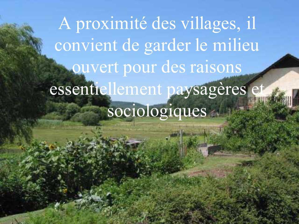 A proximité des villages, il convient de garder le milieu ouvert pour des raisons essentiellement paysagères et sociologiques