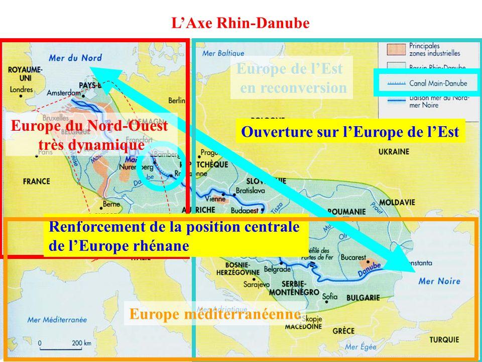 IV) L…………………… DE LEUROPE doc 8 p 183 cartes p 178-9 IV) LAXE MAJEUR DE LEUROPE Carte 2 p 179 LAxe rhénan dans lequel les flux sont gigantesques LAxe Rhénan dispose dun ensemble dinfrastructures uniques au monde : voies navigables au gabarit européen, réseaux ferrés à grande vitesse, autoroutes, réseaux télématiques (…) De plus en plus de trafic Nécessité de développer de nouvelles infrastructures (plusieurs autoroutes en parallèle, aéroports agrandis) Les liaisons très bien aménagées avec le reste de lUE qui permettent des échanges de marchandises en masse PECO Europe méditerranéenne Canal Rhin-Main Autoroutes construites depuis la chute du Rideau de fer tunnels photo 6 p 182 Cet axe est parfois saturé