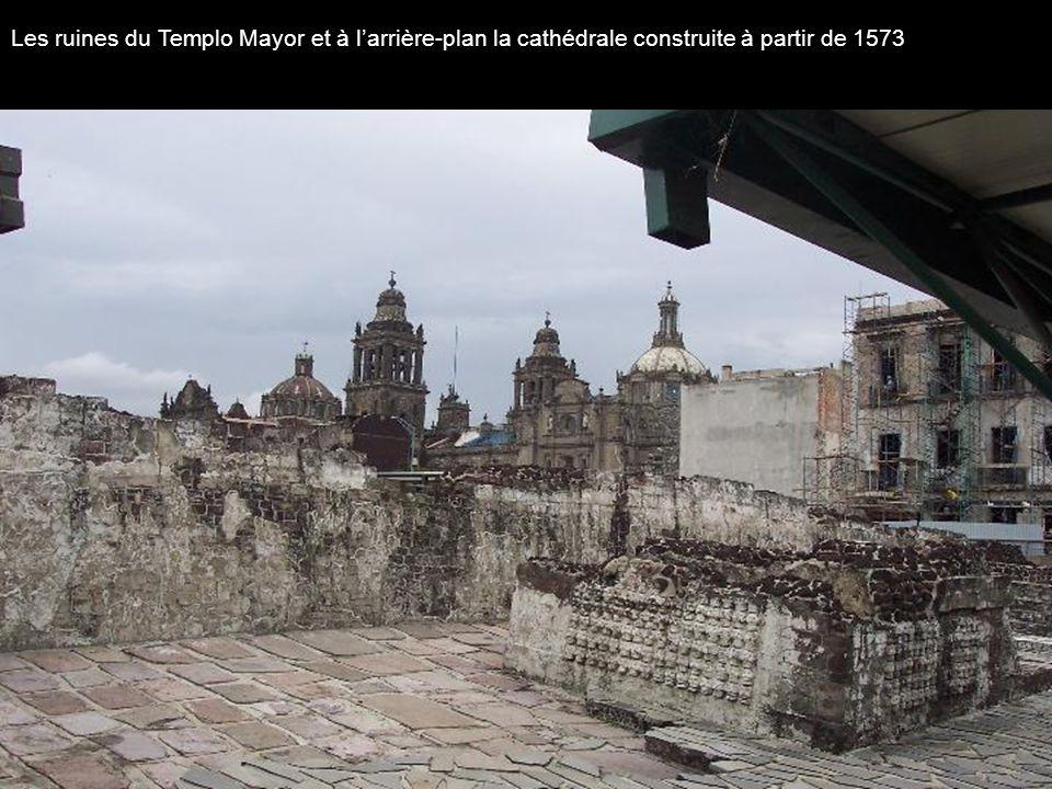 Les ruines du Templo Mayor et à larrière-plan la cathédrale construite à partir de 1573